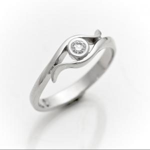 Ekskluzivni verenički prsten od belog zlata sa dijamantom