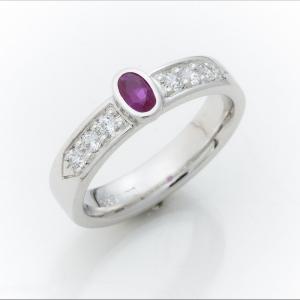 Prsten od belog zlata sa rubinom i brilijantima