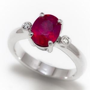 Prsten od belog zlata sa rubinom i dijamantima