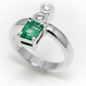 Prsten sa smaragdom i brilijantima