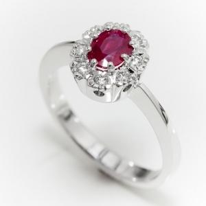Klasszikus gyűrű rubinnal és gyémántokkal