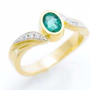 Attraktív gyűrű smaragddal és gyémántokkal