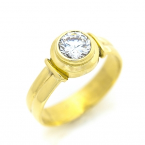 Zlatni prsten sa belim kamenom