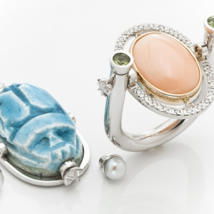 Nem mindennapi gyűrű türkiz színű szkarabeusz kővel, korallal, peridottal, gyönggyel és gyémántokkal