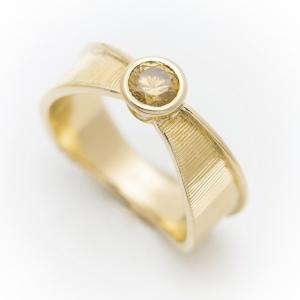 Atraktivni prsten od žutog zlata sa ručnom gravurom
