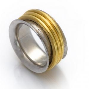 Neobični prsten u belo-žutoj kombinaciji