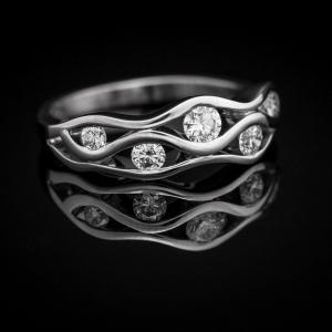 Talasasti dijamantski prsten od belog zlata