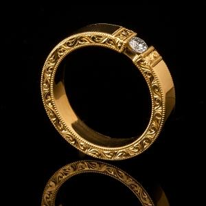 Unikatan zlatni prsten sa ručnom gravurom i dijamantom