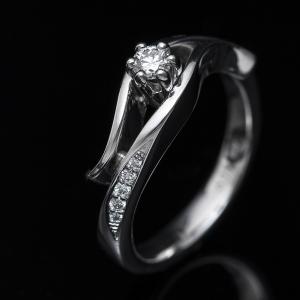 Elegáns fehérarany eljegyzési gyűrű gyémántokkal