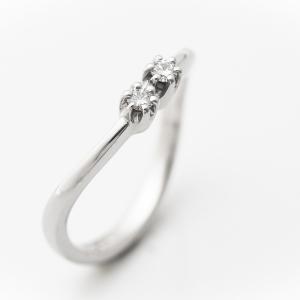 Enyhén hullámos gyűrű