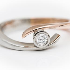 Eljegyzési gyűrű fehér és rozé arany kombinációjával
