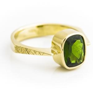 Atraktivni prsten sa smaragdom