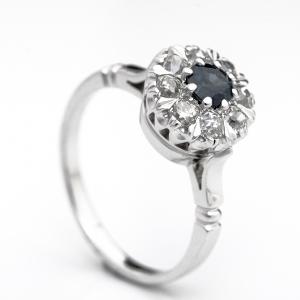 Klasszikus gyűrű zafirral és gyémántokkal