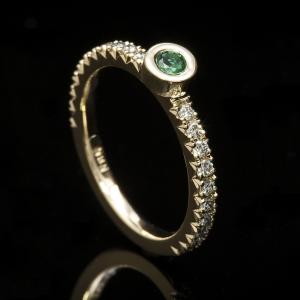 Smaragd eljegyzési gyűrű további briliáns gyémántokkal díszítve