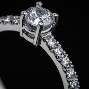 Klasszikus stílusú fehérarany eljegyzési gyűrű