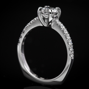 Modern eljegyzési gyűrű gyémántokkal