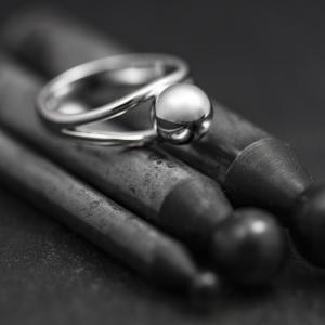 Golyóval díszített gyűrű