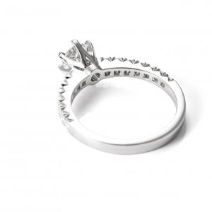 Elegáns, gyémántokkal díszített kérő gyűrű