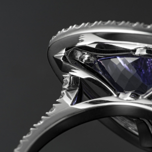 Luxuzni prsten od belog zlata sa tanzanitom i brilijantima