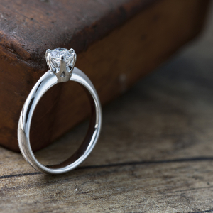 Elegantni verenički prsten sa brilijantom