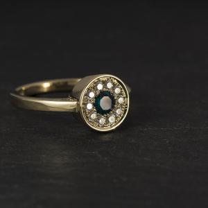 Zafírral és gyémántokkal díszített gyűrű