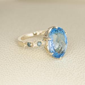 Romantični prsten od žutog zlata sa topazom i plavim dijamantima