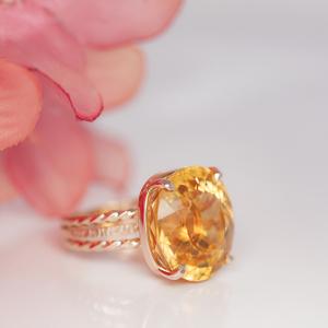 Neobičan prsten sa topazom od žutog zlata