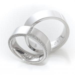 Gyémántokkal körbefoglalt karikagyűrű fehéraranyból