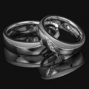 Hullámos karikagyűrű gyémántokkal