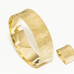 Čvrsta narukvica od žutog zlata sa ručnom gravurom