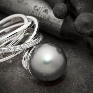 Luksuzni prsten od belog zlata sa tahiti biserom i brilijantima